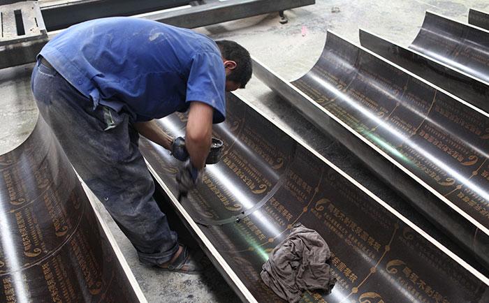 圆柱子木模板内表面涂抹油剂