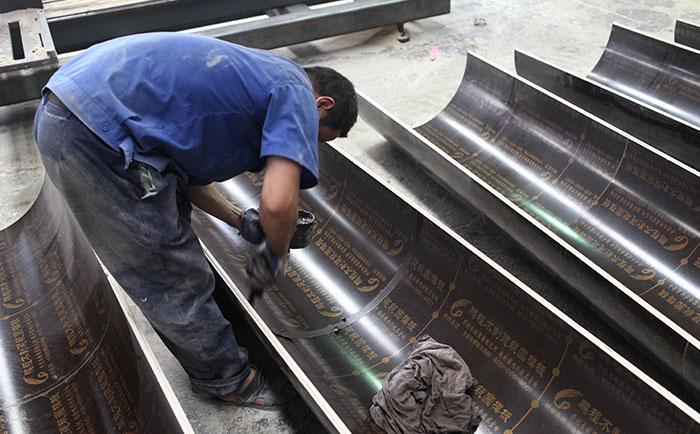 圆柱定型木模板内表面涂抹油剂